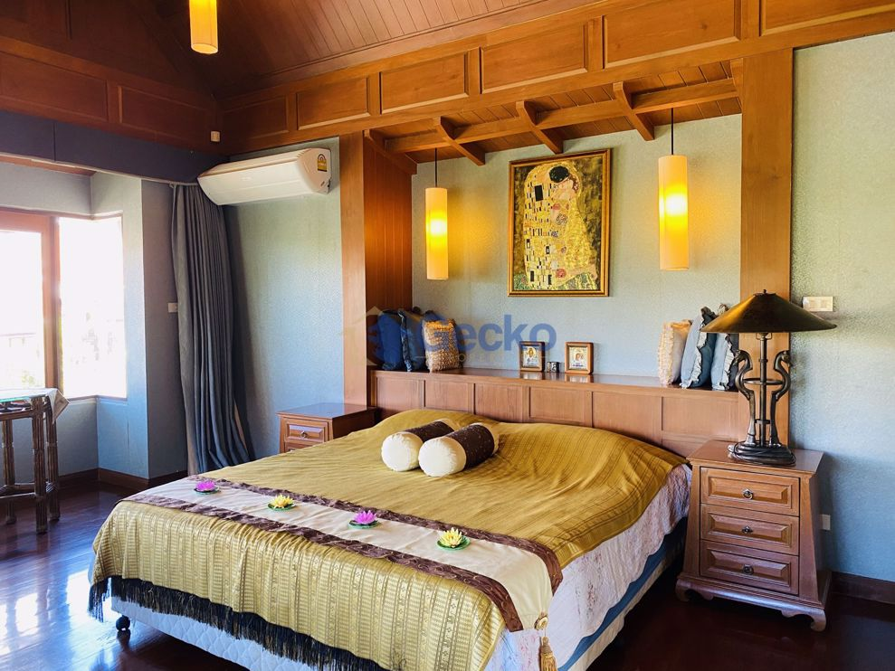 Picture of 4  Bedrooms bed in House in Dharavadi Village in Na Jomtien H008979